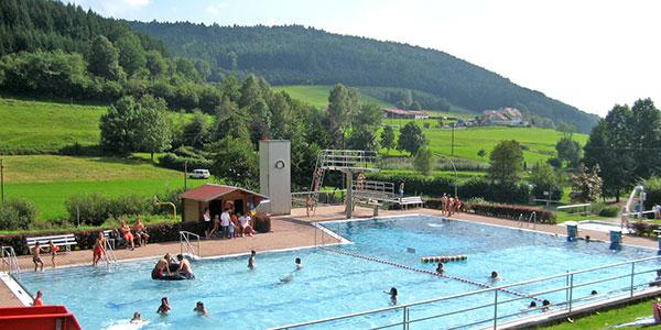 Schwimmbecken im Freibad Lohrhaupten