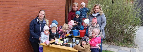 """Der Dauernheimer Trampolinverein """"Die Kängurs"""" nimmt sein neues VRmobil entgegen."""