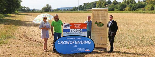 Spendenübergabe vor dem Rathaus Schotten