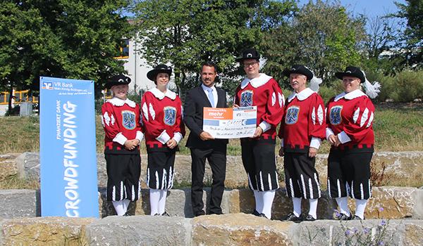 Mark Langlitz überreicht den symbolischen Spendenscheck an den Fanfaren - und Spielmannszug Altenstadt