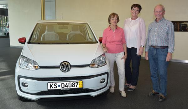 Übergabe eines VW Ups an die Eheleute Lach