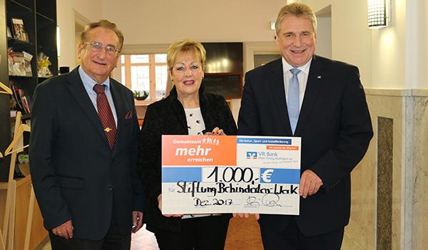arl Eyerkaufer, Vorsitzender des Stiftungsrats, Beate Funck, Vorsitzende des Stiftungsvorstands, und Thomas Joffroy, Bereichsdirektor VR Bank Main-Kinzig-Büdingen eG, bei der Spendenübergabe.