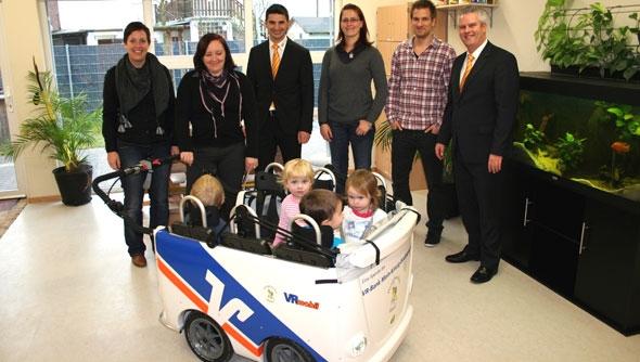 VR Bank Main-Kinzig-Büdingen übergibt Kinderbus an Erlenseer Kindergrippe