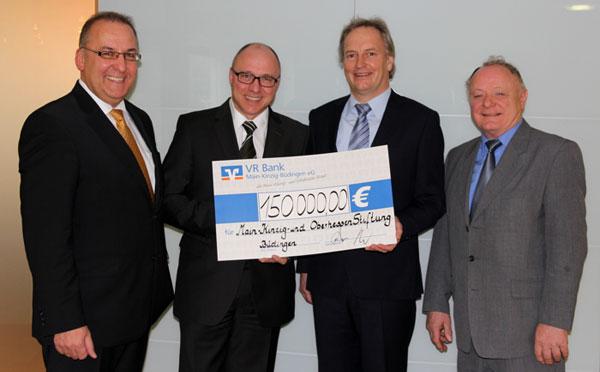 VR Bank übergibt symbolischen Scheck an die Main-Kinzig- und Oberhessen-Stiftung in Altenhasslau