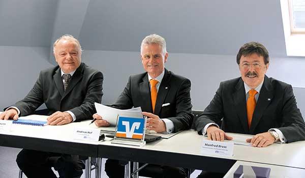 Der Aufsichtsratsvorsitzende Michael Harth, der Vorstandsvorsitzende Andreas Hof und der stellv. Vorstandsvorsitzende Manfred Bress auf der Bilanzpressekonferenz der VR Bank Main-Kinzig-Büdingen eG