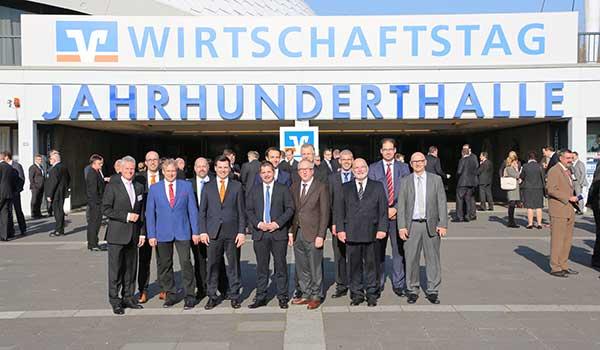 Die VR Bank Main-Kinzig-Büdingen mit Kunden vor der Jahrhunderthalle in Frankfurt