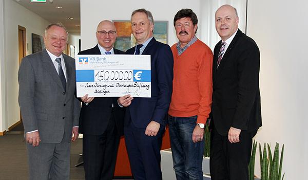 R Bank überreicht symbolischen Scheck an die Vorstandsmitglieder der Main-Kinzig- und Oberhessen-Stiftung.