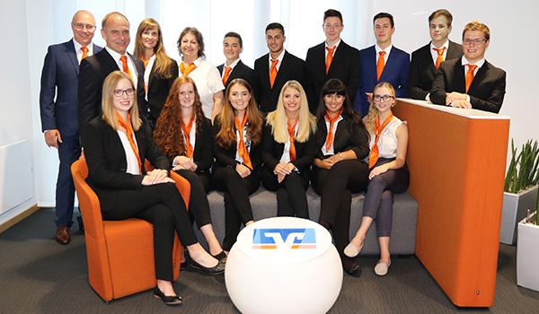 Gruppenbild der neuen Auszubildenden der VR Bank Main-Kinzig-Büdingen.