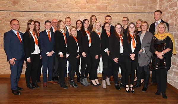 Gruppenfoto von den Auszubildenden der VR Bank Main-Kinzig-Büdingen an ihrer Abschlussfeier