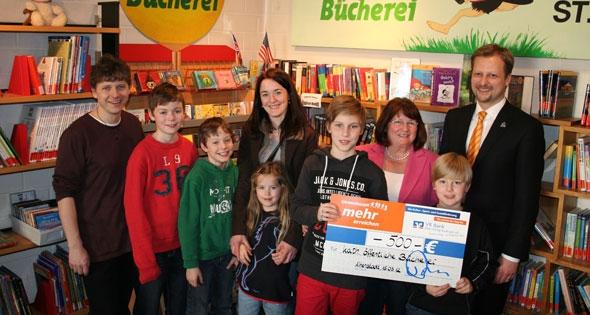 VR Bank spendet für die katholische öffentliche Bücherei in Altenstadt